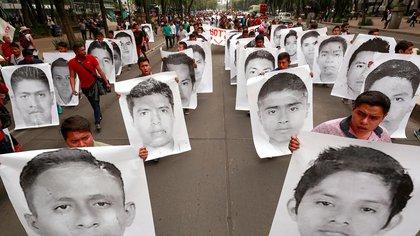 Fotografía de archivo fechada el 26 de abril de 2018, de familiares, estudiantes y simpatizantes de los 43 jóvenes desaparecidos de Ayotzinapa durante una protesta en Ciudad de México (México). EFE/José Méndez/Archivo