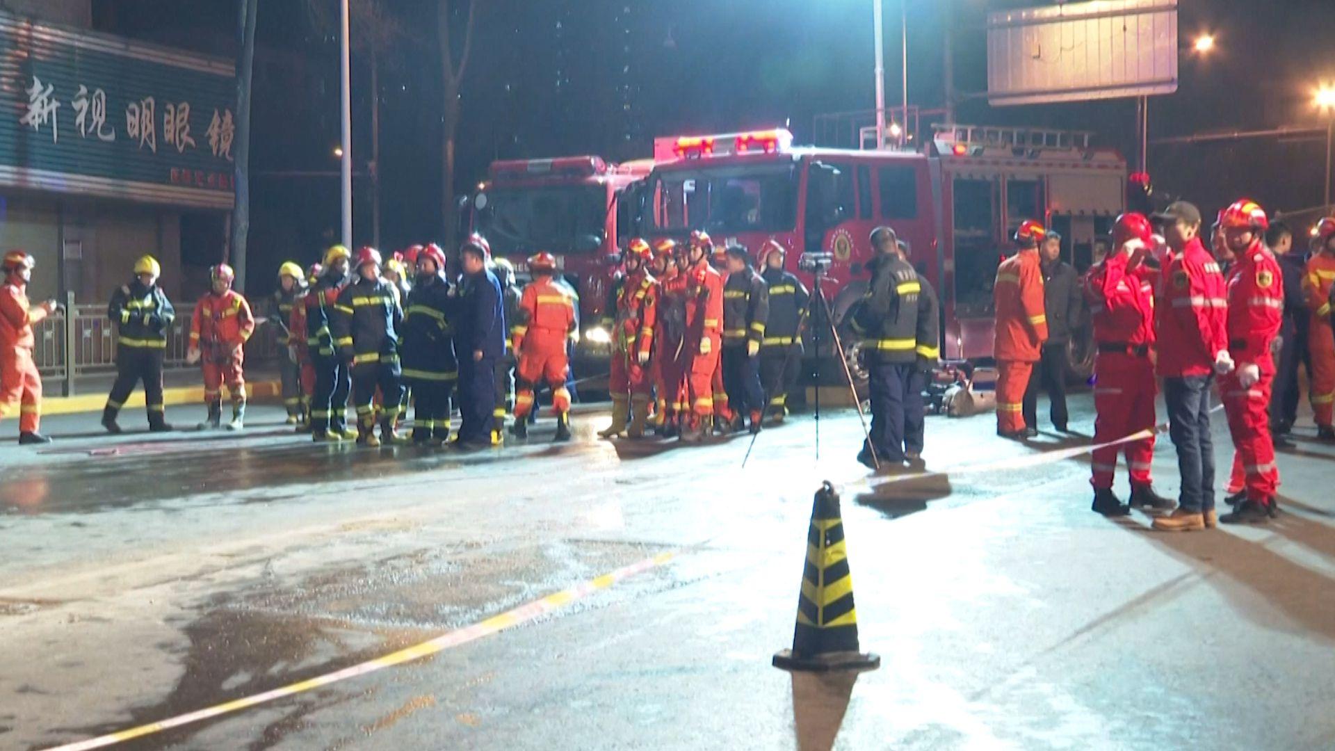 Unos 1,000 trabajadores de emergencia y 30 vehículos fueron enviados al sitio.