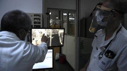 Los profesionales de la salud se enfrentan en estas horas a un laberinto estudiado en los libros y al que ninguno espera enfrentar (Maximiliano Luna)