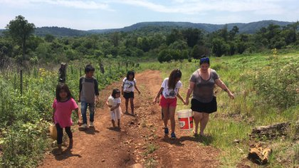 Los chicos colaboran con los maestros y caminan varias cuadras para llenar los baldes y bidones con agua potable (Proyecto Agua Segura)