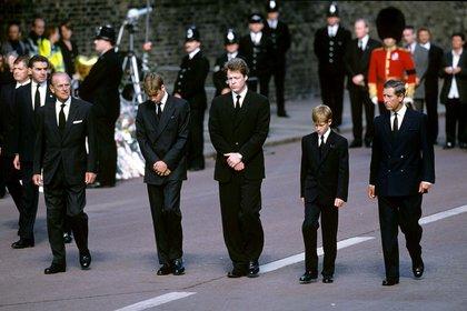 Los príncipes Harry y William, Felipe de Edimburgo, Carlos de Inglaterra y Charles Spencer, el hermano de Lady Di, en el funeral público de Diana, el 6 de septiembre de 1997 (Shutterstock)