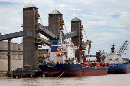 FOTO DE ARCHIVO. Barcos son cargados con granos en un puerto sobre el río Paraná, cerca de la ciudad de Rosario, Argentina. 31 de enero de 2017. REUTERS/Marcos Brindicci