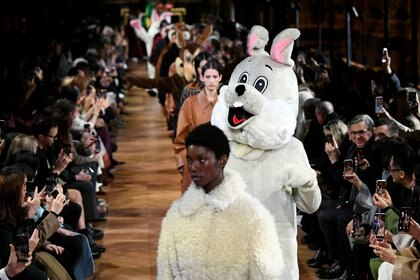 Entre las modelos, Stella McCartney intercaló a animales gigantes desfilando sobre la pasarela (REUTERS)