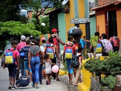 Imagen de archivo. Migrantes venezolanos caminan hacia la frontera entre Venezuela y Colombia durante el brote de la enfermedad del coronavirus (COVID-19), en San Cristóbal, Venezuela el 12 de octubre de 2020. Fotografía tomada el 12 de octubre de 2020. REUTERS / Carlos Eduardo Ramirez
