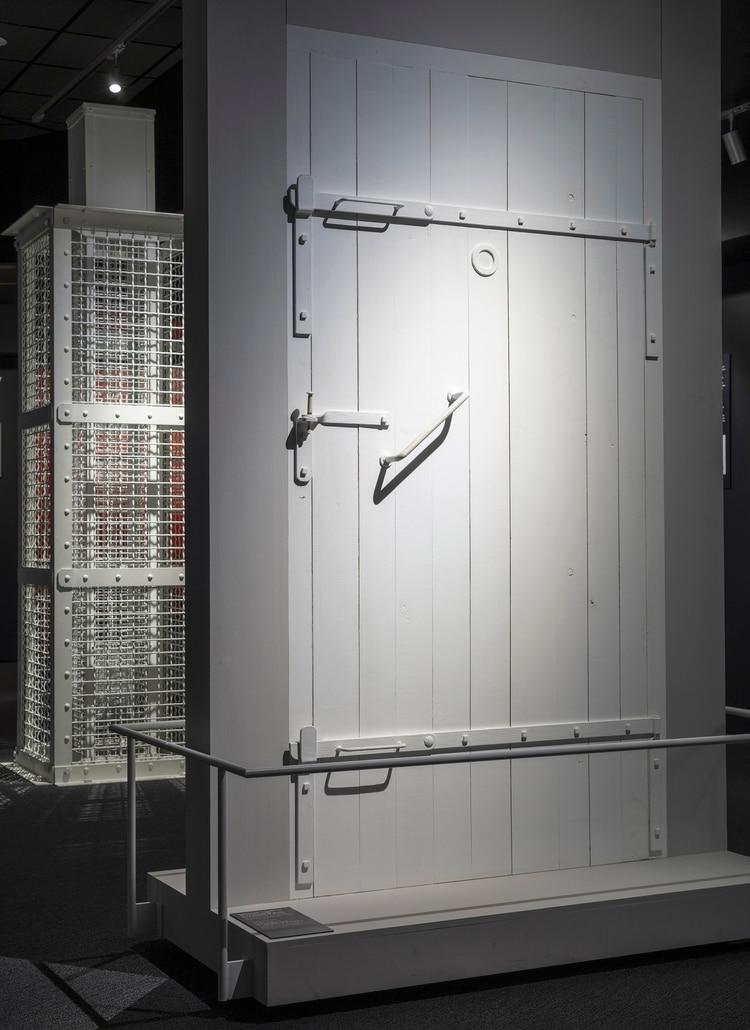 Una reproducción de las puertas de la cámara de gas (Elizabeth Bick / The New York Times)