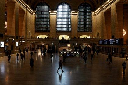 Personas caminan en la terminal Grand Central durante la pandemia de COVID-19. Foto: REUTERS/Carlo Allegri