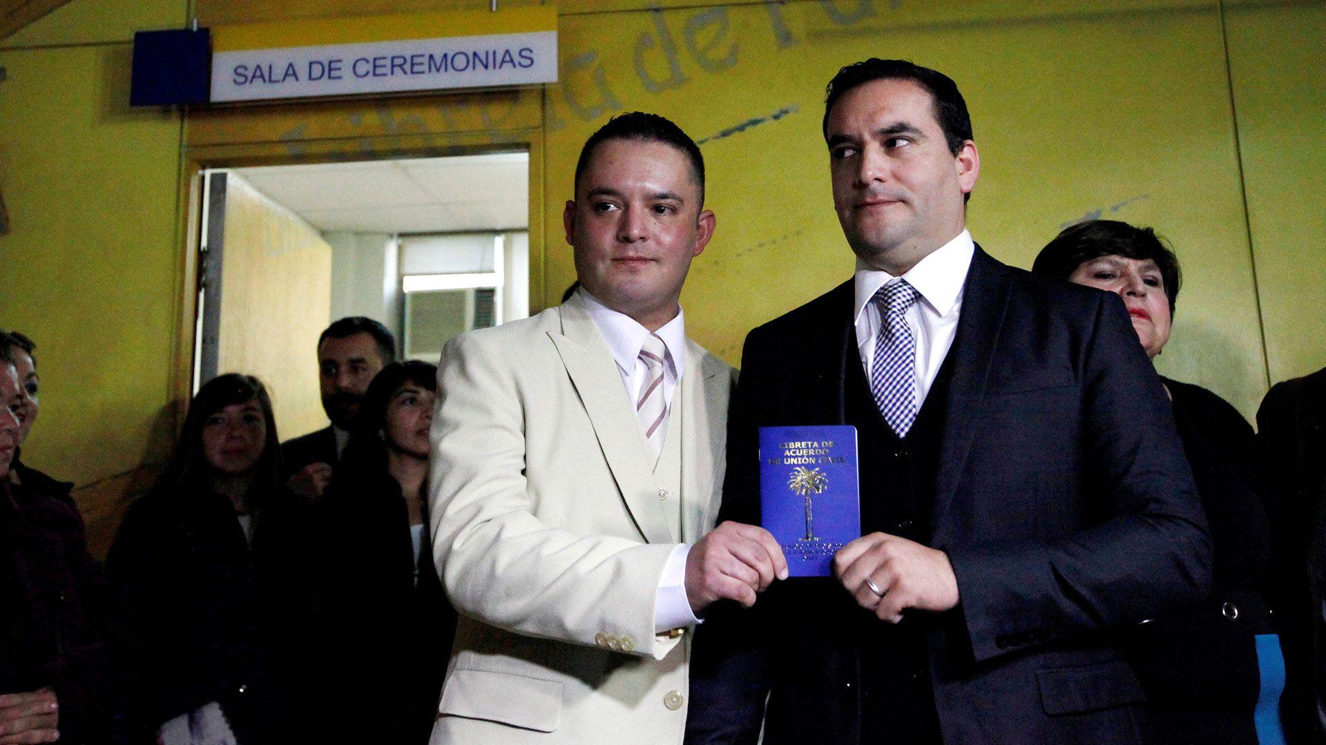 Una pareja después de celebrar la Unión Civil, en Chile (Foto: Reuters)