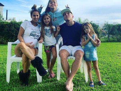 Barby, con Abril en la panza, y el Polaco, junto a Sol, Alma y Elena (Instagram)