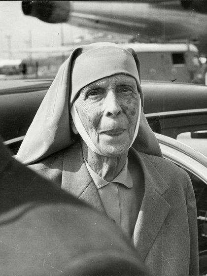 Con el hábito de monja de la orden ortodoxa de la iglesia griega (ANL/Shutterstock)