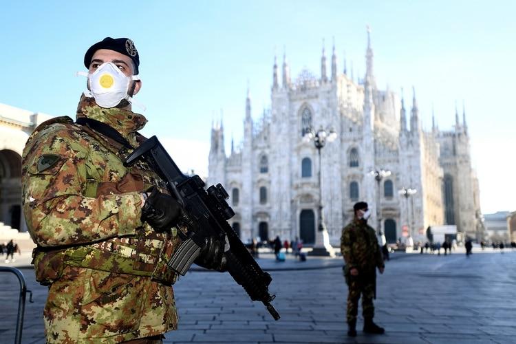 Un efectivo militar monta guardia frente a la catedral de Milan, con un barbijo como medida preventiva - REUTERS/Flavio Lo Scalzo TPX IMAGES OF THE DAY