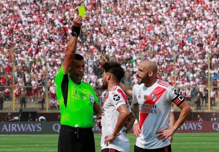El Millonario realizó varias faltas para cortar los avances del rival por lo que Casco y Suárez vieron la tarjeta amarilla