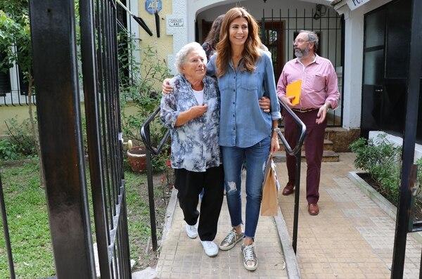Juliana Awada con su total denim look, camisa amplia y jean rotos
