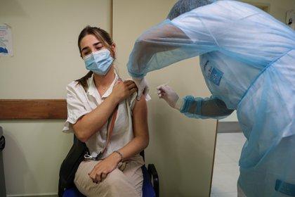 Una mujer recibe una dosis de la vacuna de Sinovac contra la covid-19 en Montevideo (Uruguay). EFE/Federico Anfitti/Archivo