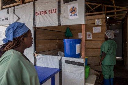 01/01/1970 Dos trabajadoras entran a un centro de tratamiento contra el ébola en Beni, en RDC POLITICA AFRICA REPÚBLICA DEMOCRÁTICA DEL CONGO INTERNACIONAL SALLY HAYDEN / ZUMA PRESS / CONTACTOPHOTO