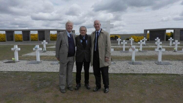 Eduardo Eurnekian, rodeado por Robin Christopher, ex embajador británico en la Argentina, y Mark Kent, actual embajador del Reino Unido en nuestro país