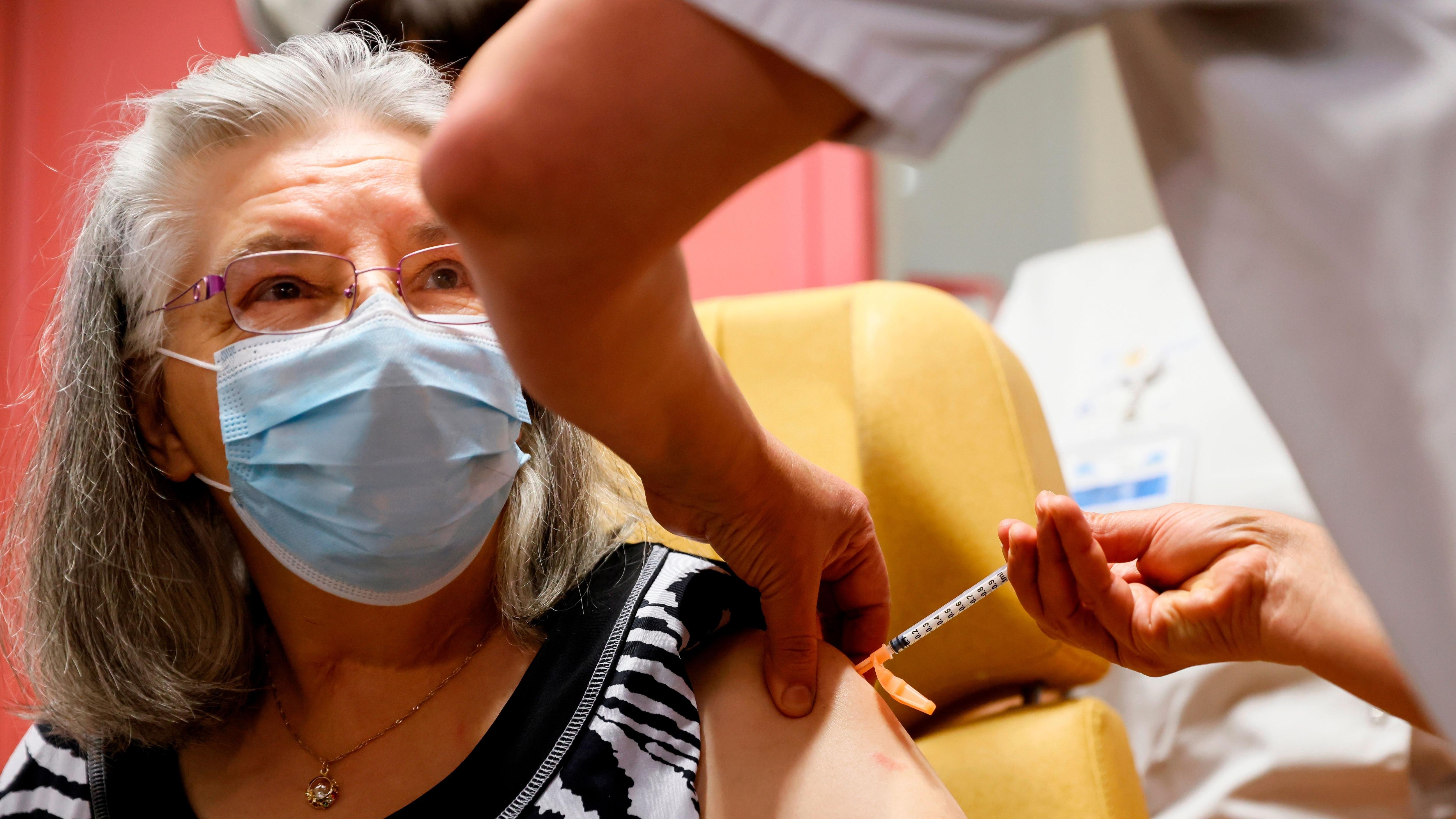 La Ciudad de Buenos Aires comenzará el lunes con la campaña de vacunación de los mayores de 80 años (EFE/EPA/THOMAS SAMSON)