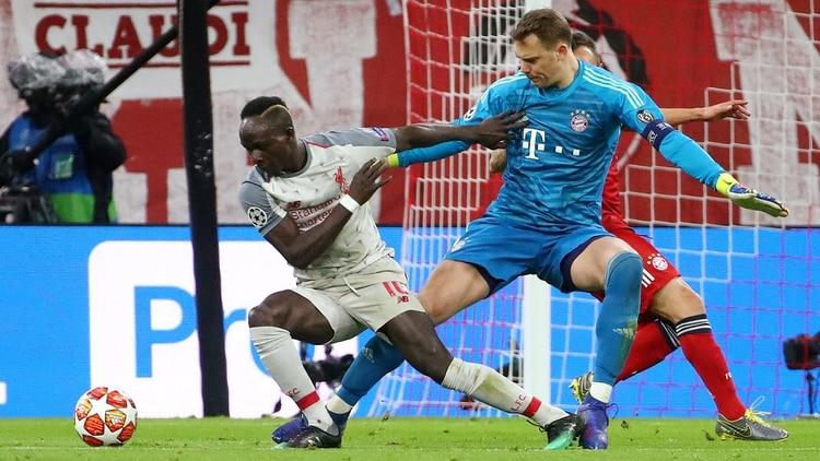 El amague de Sadio Mané para quitarse de encima a Manuel Neuer en el primer gol del Liverpool (REUTERS)
