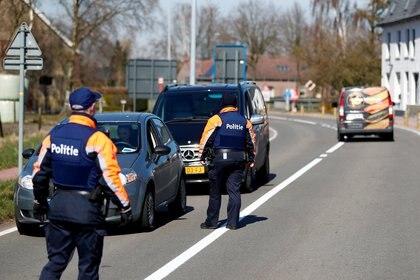Control policial en la frontera entre Bélgica y Holanda. Por la pandemia, se suspendió el acuerdo de Schengen que permitía el libre transito entre los países de la UE.