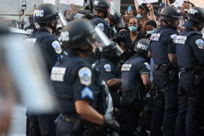 Algunos uniformados afroamericanos se arrodillaron en Washington DC, capital del país (Reuters)