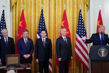 """Viceprimer ministro chino Liu He y su equipo escuchan al presidente de Estados Unidos Donald Trump mientras habla al comienzo de la ceremonia de firma de la """"fase uno"""" del acuerdo (REUTERS/Kevin Lamarque)"""