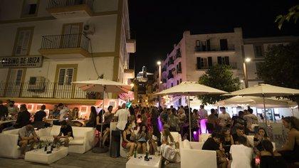 Foto tomada en Ibiza el 31 de julio del 2020, donde se ve poco o nulo distanciamiento social (Photo by JAIME REINA / AFP)