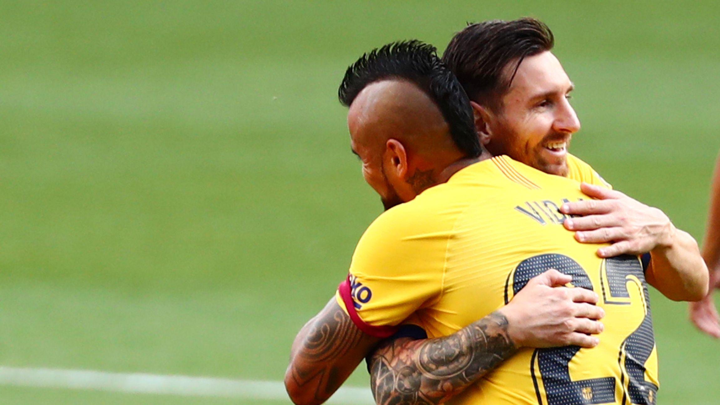 Lionel Messi se despidió de Arturo Vidal (Reuters)