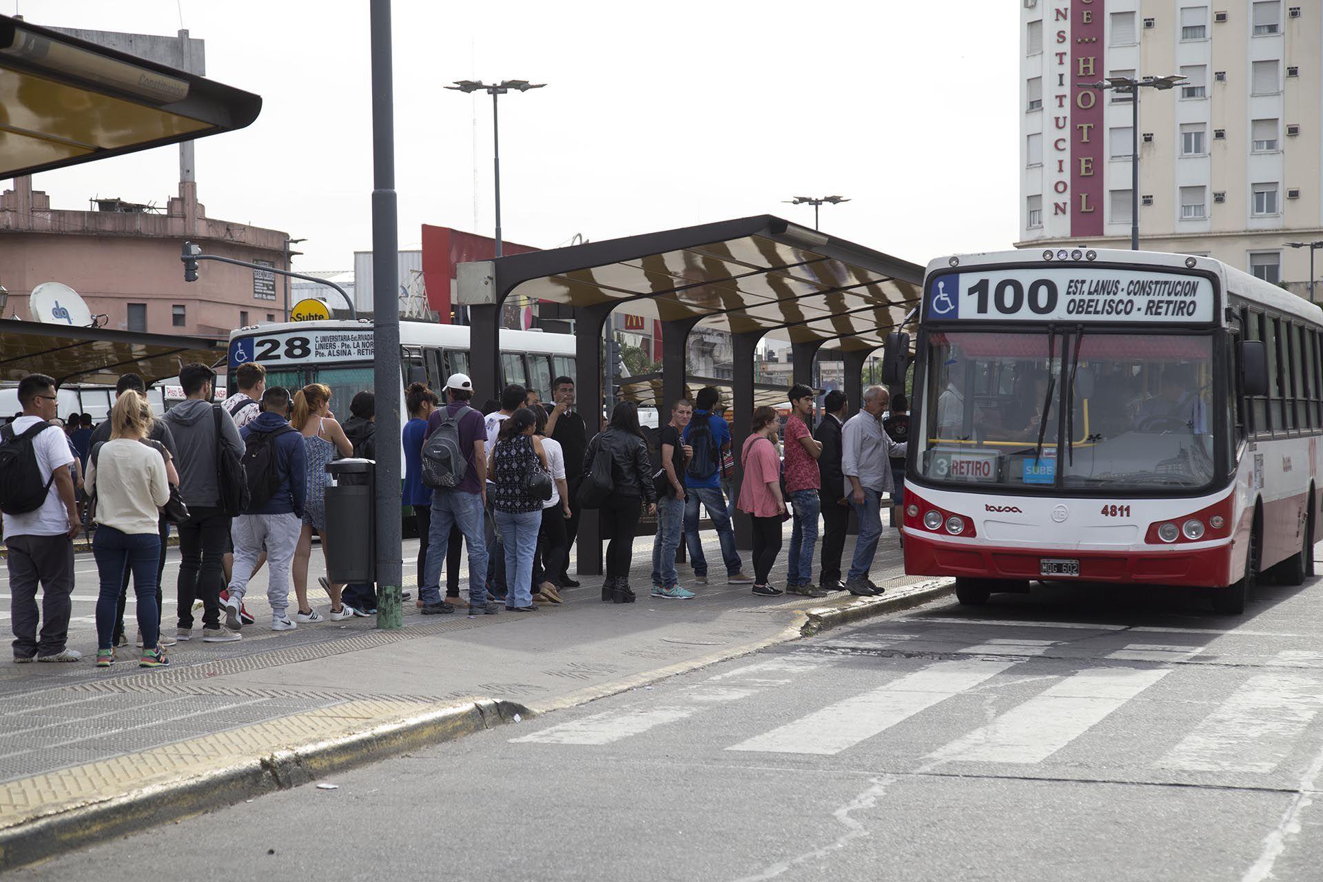 El Gobierno controlará el transporte público y exigirá que todos los trabajadores esenciales vuelvan a solicitar los permisos de circulación (NA)