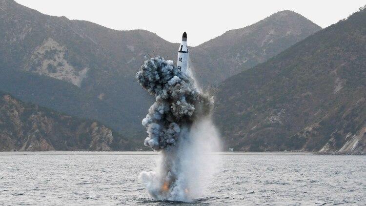 Los hackers chinos están buscando la tecnología estadounidense para el lanzamiento de misiles desde submarinos. En la foto, un ensayo norcoreano (KNCA/Reuters)
