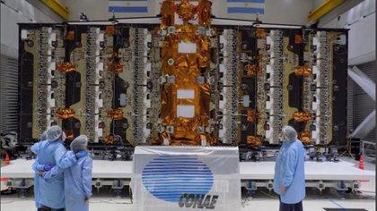 El satélite, desnudo, mientras era ensamblado en Invap, Bariloche