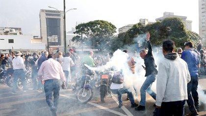 Las fuerzas armadas chavistas y las bandas parapoliciales reprimieron a los manifestantes concentrados cerca de la base aérea La Carlota tras el llamado a una huelga general de la oposición.