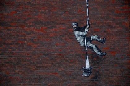 Un nuevo mural del artista Banksy se ve en una pared en la prisión HM Reading en Reading, Gran Bretaña, el 1 de marzo de 2021. REUTERS / Matthew Childs
