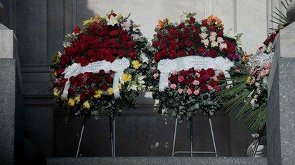 Dos coronas de dirigentes sindicales en la fachada del Congreso para despedir a Carlos Menem (Nicolás Stulberg)