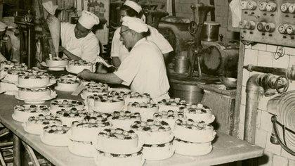 Pasteleros de Del Molino creando una de sus magníficas tortas. (Archivo General de la Nación)