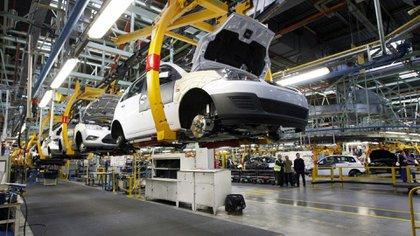 Las armadoras mexicanas produjeron 238,946 vehículos en junio, una baja del 29.3% contra el mismo mes del año pasado (Foto: Archivo)