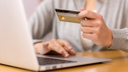 La medida incluye  las compras con tarjeta de crédito y débito que sean canceladas en moneda extranjera