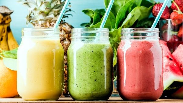 A través de jugos, licuados y batidos es una manera divertida de sumar frutas y verduras (Getty)