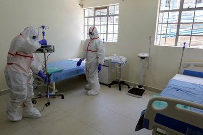 Médicos en Nairobi, Kenya preparan habitaciones especialmente equipadas para atender pacientes con coronavirus. REUTERS/Njeri Mwangi/File Photo