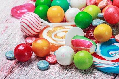 Los caramelos duros pueden astillas y hasta romper los dientes con solo intentar masticarlos (iStock)