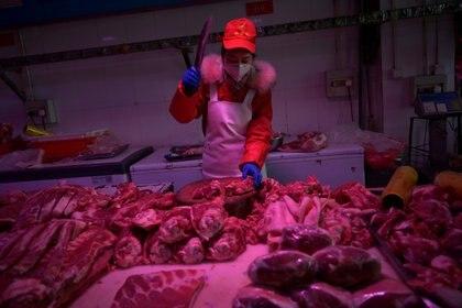 Un carnicero en el mercado de Xinfadi, en Cina
