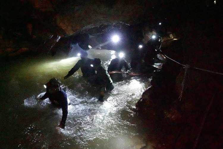 Navy Seals tailandeses en la gruta inundada (Royal Thai Navy/ AFP)