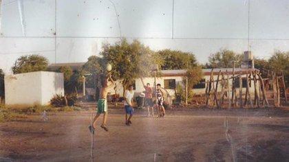 Gabriel Deck, a los once años, con una camiseta 20 de Ginóbili jugando en el patio de su casa en Colonia Dora, Santiago del Estero. El aro improvisado provenía del volante de un tractor.