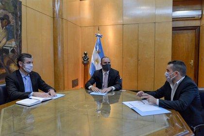 Mariano Sardi, nuevo secretario de Finanzas, el ministro de Economía Martín Guzmán, y Diego Bastourre, secretario saliente y nuevo director del Banco Central