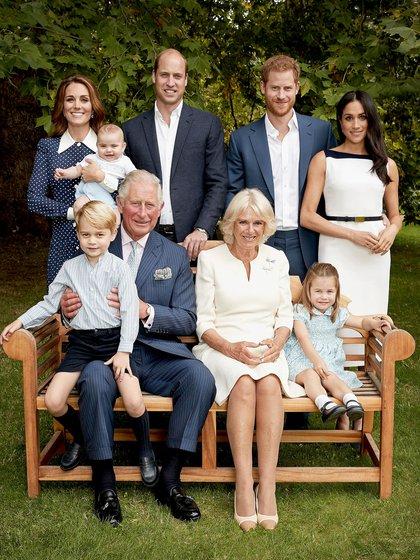 La foto del príncipe Carlos con su esposa, hijos y nietos (Reuters)