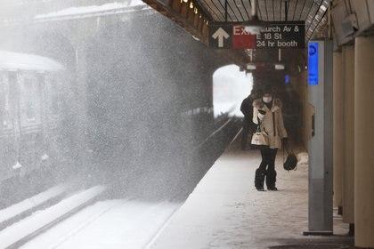Personas esperan la plataforma de la estación de subte de Church Avenue en Brooklyn (Michael M. Santiago/Getty Images/AFP)