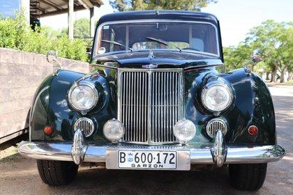 El vehículo es un Armstrong Siddeley, una marca británica que fabricó vehículos y motores de avión entre 1919 y 1960
