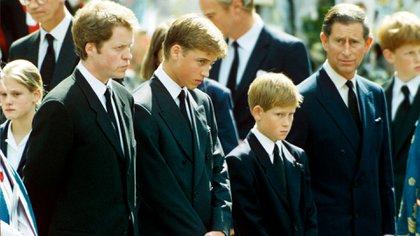 Charles Spencer, los príncipes William y Harry con su padre en el funeral de Lady Di  en septiembre de 1997 (Shutterstock)