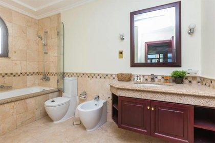 Dos de los baños que posee la vivienda (worldwidelux)