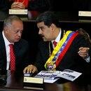 ARCHIVO - En esta fotografía de archivo del 24 de enero de 2019, el presidente venezolano Nicolás Maduro, derecha, habla con Diosdado Cabello, presidente de la Asamblea Constitucional, en la Corte Suprema durante una ceremonia anual que marca el inicio del año judicial en Caracas, Venezuela. (AP Foto/Ariana Cubillos, archivo)