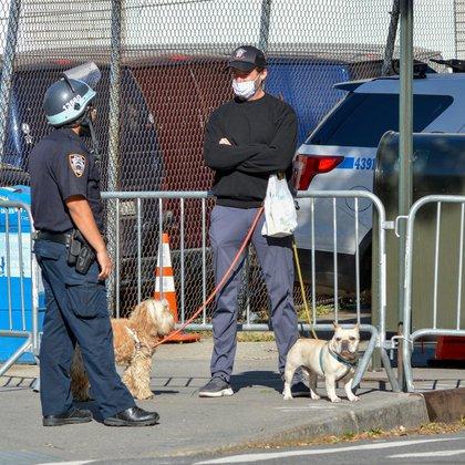 Hugh Jackman charló con un oficial de la policía en una calle cerrada en la ciudad de Nueva York. El actor australiano de 51 años salió a pasear a sus perros en West Village cuando se topó con el bloqueo y se detuvo para hablar con un uniformado (Foto:  The Image Direct / The Grosby Group)