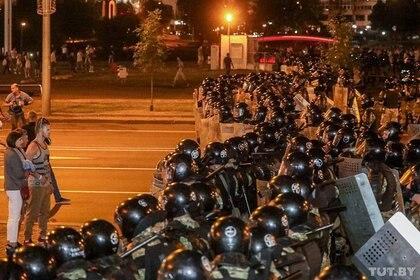 La Policía reforzó la seguridad en las calles de Minsk tras la difusión de los resultados a boca de urna (Dmitry Brushko/Tut.By via REUTERS)